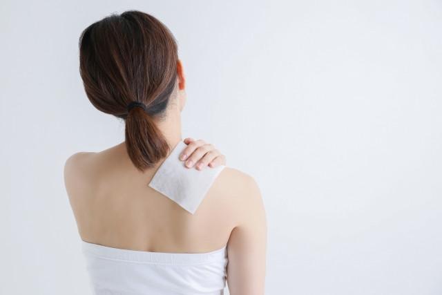 肩に湿布を貼る 画像